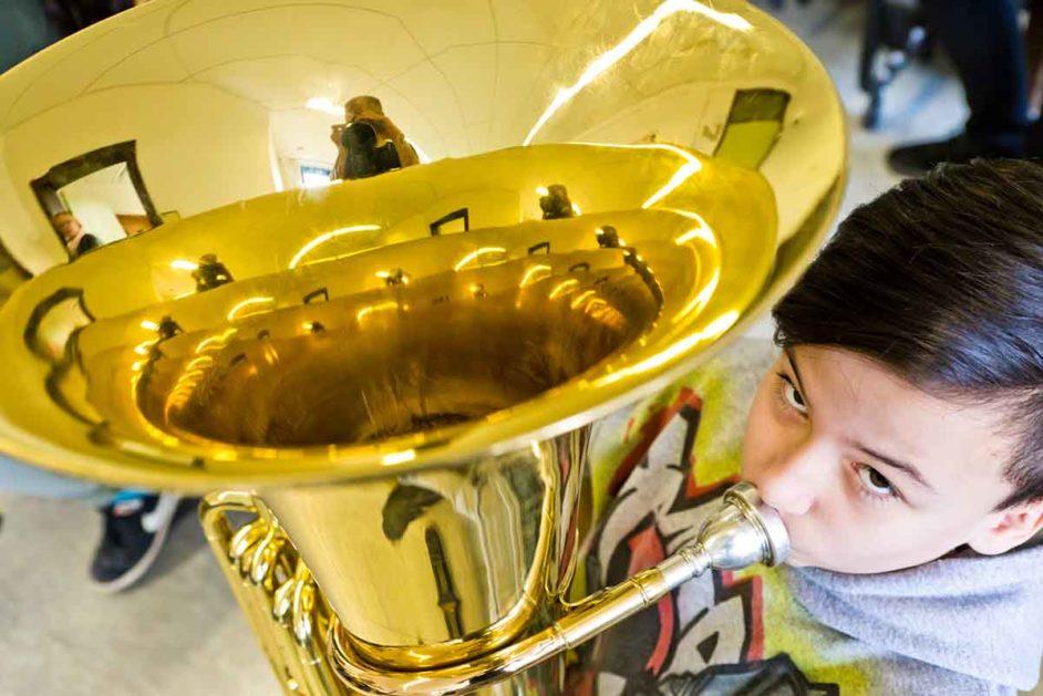 Junge mit Tuba