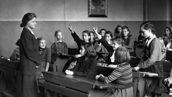 Des écolières lèvent le doigt pour répondre à leur professeur en cours d'anglais à Berlin, Allemagne. (Photo by Keystone-France/Gamma-Rapho via Getty Images)