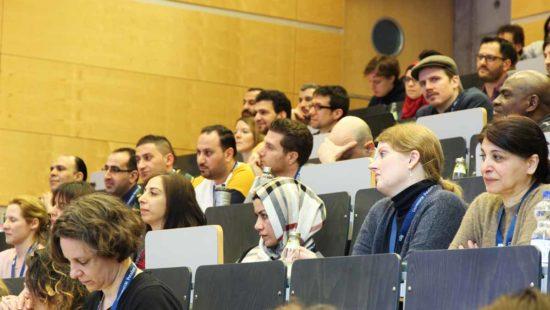 Absolventinnen und Absolventen des refugee teachers Program im Hörsaal.