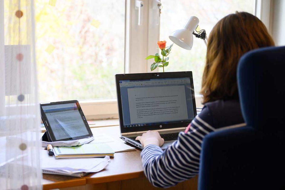 Mädchen vor Computer beim Fernunterricht