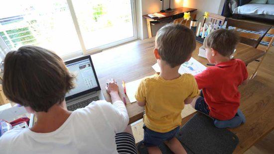 Eltern und Kinder beim Homeschooling