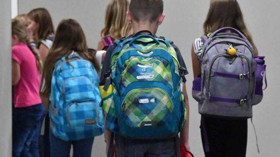 Kinder mit Schulranzen