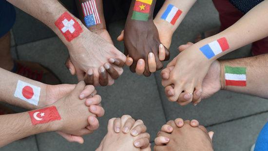 Hände mit Flaggen verschiedener Länder aufgemalt