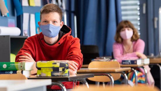 Neues Schuljahr Schüler im Unternricht mit Maske
