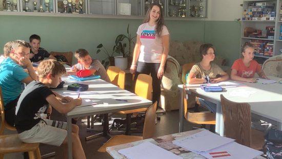 Studentin Victoria Schulz mit Kindern in der Sommerschule