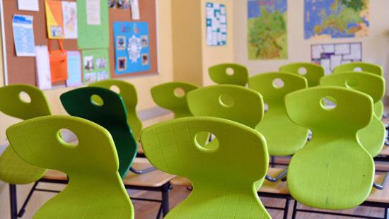 Hochgestellte Stühle im Klassenzimmer Lehrermangel