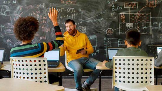 Quereinsteiger Unterricht Lehrer Schüler sitzen im Raum