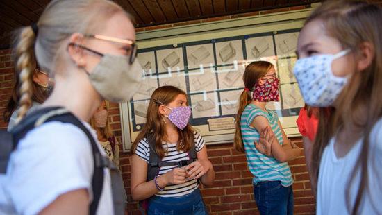 Kinder in der Schule mit Masken