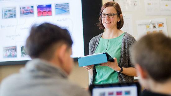Datenschutz Lehrerin mit Tablet