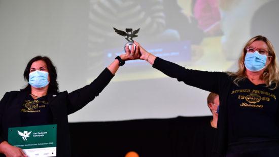 Alexandra Vanin und Innen Meyer von der Schulleitung der Otfried-Preußler-Schule halten den begehrten Preis in den Händen.