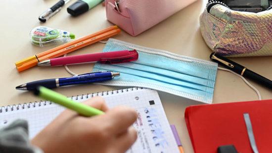 Lernrückstände Schreibtisch mit Utensilien