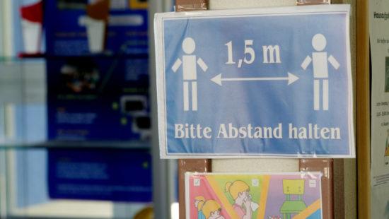 "Schild am Schuleingang: ""Bitte Abstand halten"""