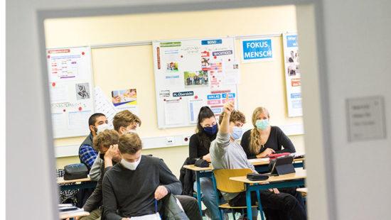 MAskenpflicht: Schüler mit Maske im Klassenraum