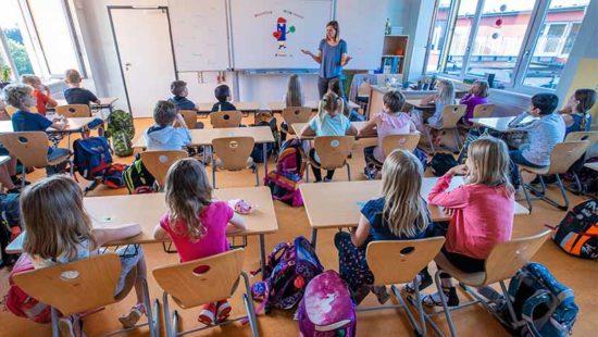 Lehrergesundheit Lehrerin vor Schulklasse
