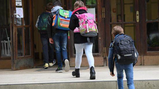 Hybridunterricht Kinder gehen in eine Schule