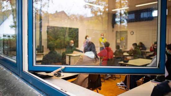 Schulalltag Klassenraum Fenster
