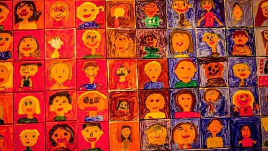 Inklusion gemaltes Kinderbild mit vielen Köpfen