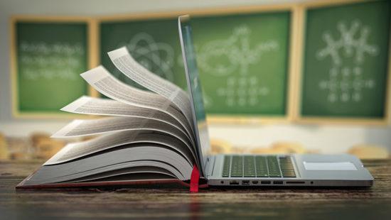 Digitale Transformation: Buch und Tablet vor Tafel