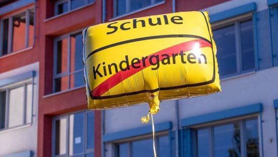 Schulanfang Lufballon mit Wort Schule und Kindergarten durchgestrichen