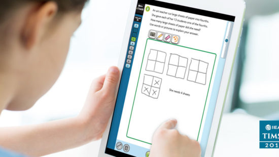 Schüler löst eine Aufgabe von TIMSS 2019 am Tablet