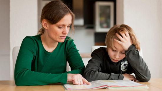 Schulübergang Mutter lernt mit Kind