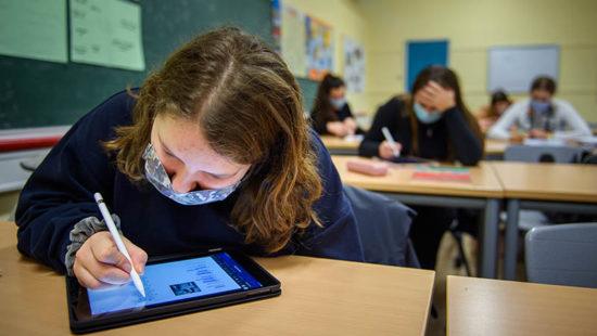 Schule verändern Unterricht mit Tablet im Klassenraum