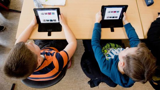 Lernplattformen Kinder vor Tablets