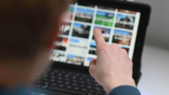 Apps für die Schule Kind vor Tablet
