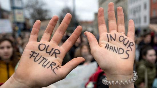 Zwei Hände mit der Aufschrift our future in our hands
