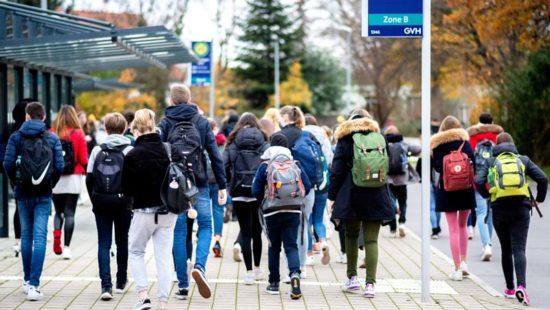 Schülerinnen und Schüler auf dem Schulweg