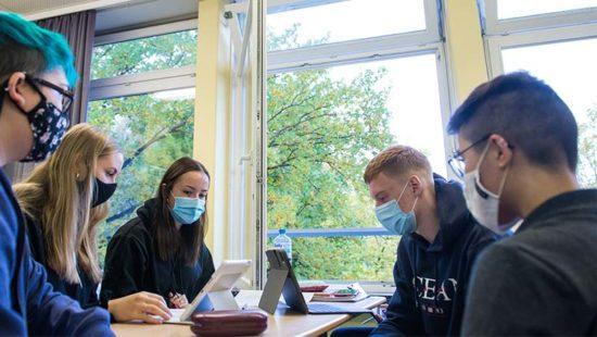 Neue Oberstufe Schüler in einem Klassenraum mit iPad