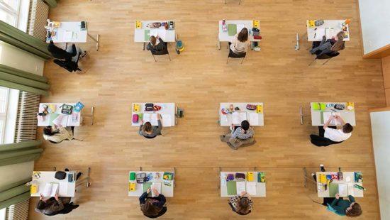 Abitur 2021 Jugendliche im Raum bei den Prüfungen
