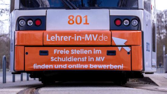 Straßenbahn mit Werbekampagne für Lehrkräfte