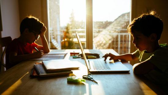 Schüler am Schreibtisch