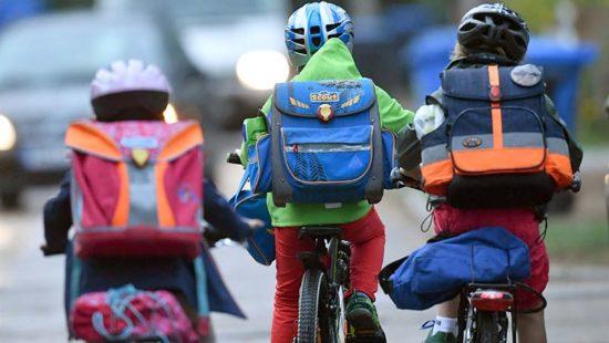 Schulöffnungen Kinder auf dem Schulweg