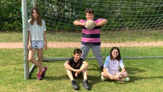 Sport in der Schule: vier Kinder im Tor