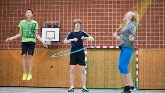 Sportunterricht Jugendliche in einer Turnhalle