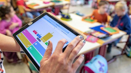 Lehrerin mit Tablet Digitale Medien im Unterricht