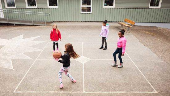 Bewegtes Lernen Kinder auf Schulhof mit Ball