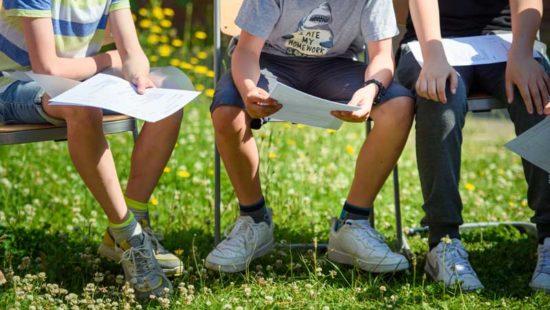 Schüler schauen auf ihre Zeugnisse