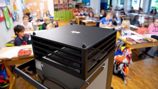 Luftreiniger in einem Klassenraum