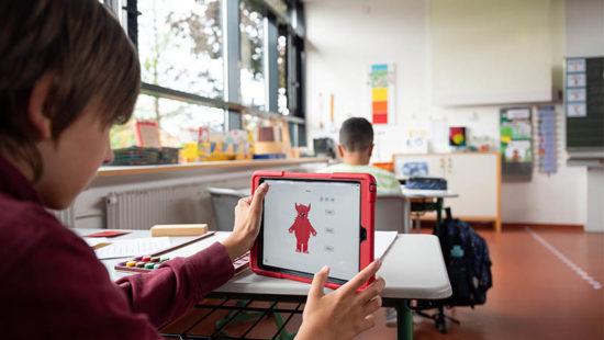 Digitalpakt Schule Kind vor Tablet
