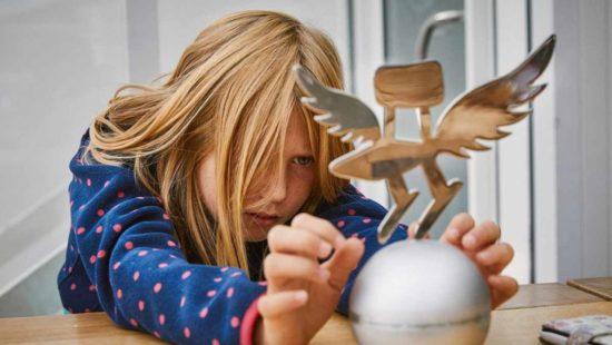 Deutscher Schulpreis Mädchen mit Pokal