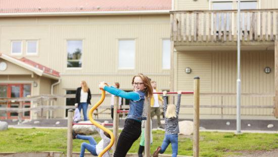 Mädchen spielen auf dem Schulhof
