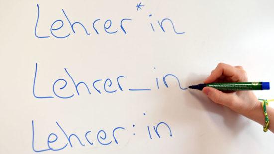 An einem Whiteboard steht das Wort «Lehrer» in verschiedenen Gender-Schreibweisen.